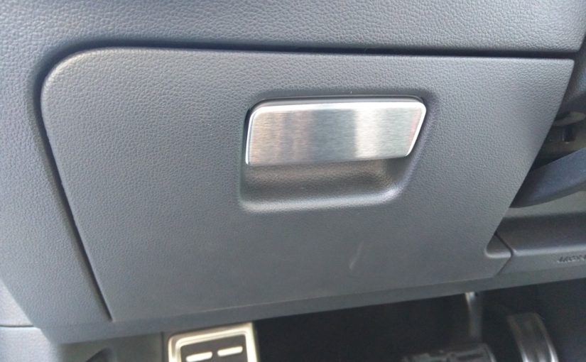 Poignée en métal brossé pour boîte à gants côté conducteur